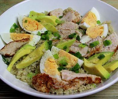 Sałatka z komosą ryżową, awokado i grillowanym indykiem