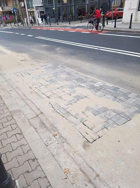 Warszawa. Ulica Tamka po awarii sieci wodno-kanalizacyjnej