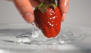 Jak myć truskawki? Opłukanie nie wystarczy