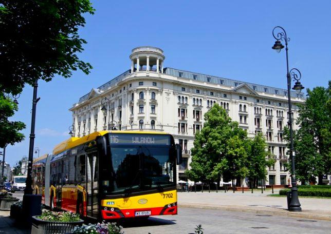 Na warszawskie ulice wyjechały właśnie trzy gazowe autobusy Solaris. Do końca roku będzie ich jeszcze 100. Mają wiele udogodnień, a nawet minilodówkę na napoje dla kierowcy