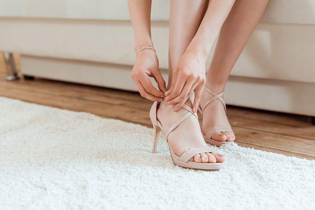 Cieliste buty bardzo dobrze dopasowują się do koloru skóry