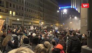 Gigantyczny protest pod TVP. Nagle wyjęła telefon i... tłum oszalał