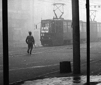 Stan wojenny na jednej z ulic Szczecina. Zdjęcie z 1981 roku
