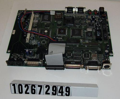 Prototyp płyty Falcona MicroBox (bliżej tylna krawędź płyty). Na płycie brak trzech slotów rozbudowy i konstrukcyjnie nie pasuje ona do obudowy. Prototyp przekazany przez Leonarda Tramiela.