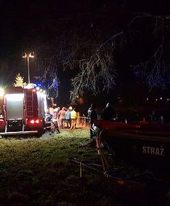 Wypadek w Sarbiewie. Koparka wpadła do stawu