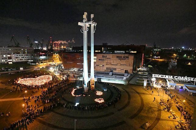 Po wystawieniu trumny z ciałem tragicznie zmarłego prezydenta Gdańska Pawła Adamowicze ludzie czekali w kolejkach, by pożegnać się z włodarzem miasta
