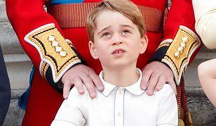 Książę George rozczula na urodzinowym zdjęciu. Wygląda jak zwyczajny chłopiec