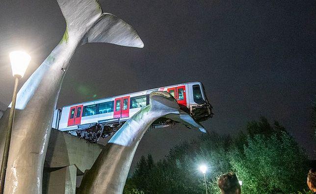 """Pociąg metra przebił się przez przystanek i wylądował na 10-metrowym dziele sztuki """"Ogony wieloryba"""""""