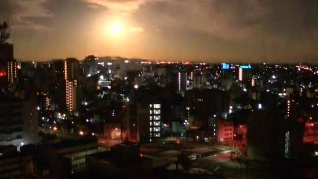 Kula ognia nad Japonią nagrana kamerą miejskiego monitoringu