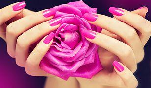Różowe paznokcie stanowią świetną bazę pod zdobienia, wzory czy efekt syrenki