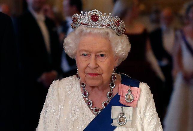 Królowa Elżbieta II zmieniła koronę. Bo była za ciężka