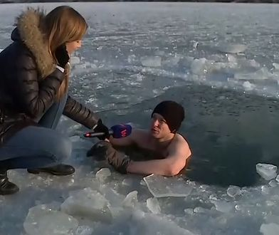 Kąpiel w jeziorze przy -20 stopniach to dla niego norma