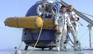 Kosmonauci Piotr Klimuk (ROS) i Mirosław Hermaszewski (POL) przed swoim statkiem