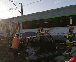 Auto wjechało w pociąg na przejeździe. Rogatki były podniesione