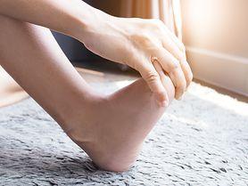 Drętwienie nóg - powstawanie, najczęstsze przyczyny, dyskopatia, ucisk na nerw oraz choroby kręgosłupa, postępowanie