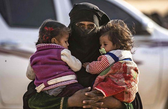 """""""Kobieta ISIS"""" z dziećmi w niewoli kurdyjskiej"""