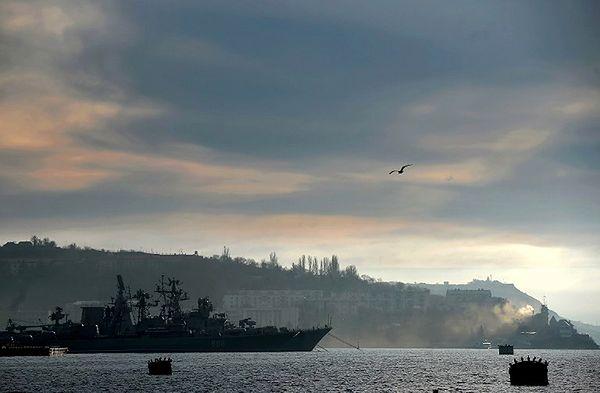 Widok na port w Sewastopolu. Na pierwszy planie statek rosyjskiej floty