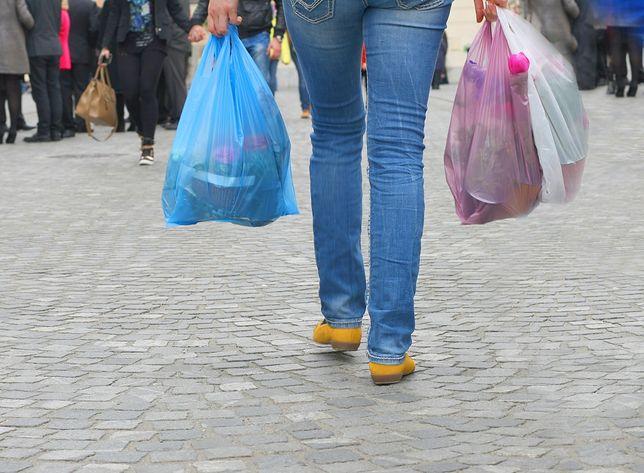 Carrefour i Auchan apelują o przychodzenie na zakupy z własnymi opakowaniami, do których zapakujemy sprzedawane na wagę sery, wędliny, owoce czy warzywa.