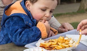 Coś, co powinno być przyjemnością od czasu do czasu, dla wielu młodych ludzi jest podstawą diety