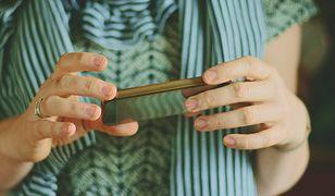 Pękające paznokcie. Czy można temu zapobiec? Dowiedz się więcej o przyczynach i skorzystaj ze sprawdzonych porad