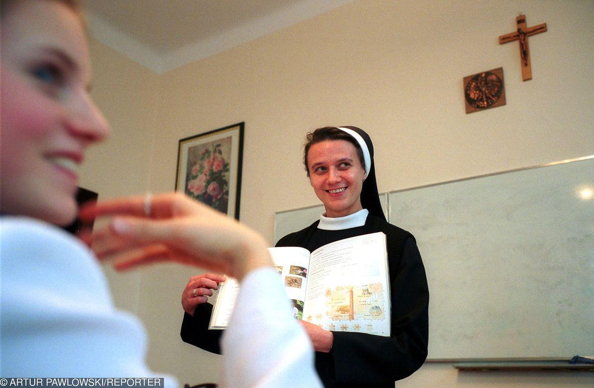 """Za drzwiami szkoły katolickiej. """"W szkole panuje większa dyscyplina, są wspólne modlitwy, ale to żadna sekta"""", mówi mama gimnazjalisty"""