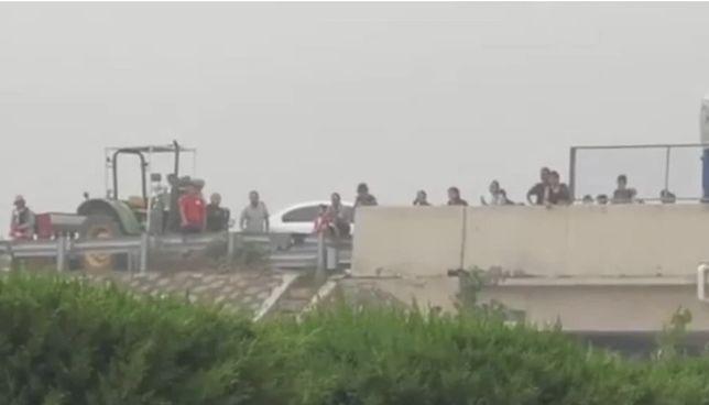 Chiny walczą z kataklizmem. Ludzie są uwięzieni na zalanym wiadukcie w prowincji Henan
