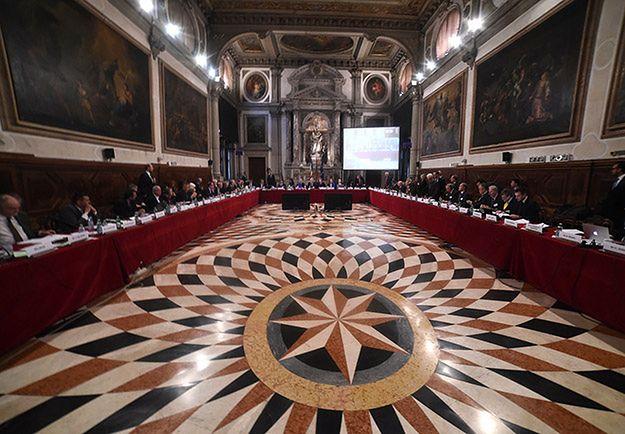 Sondaż IBRiS dla Wirtualnej Polski. Czy rząd powinien respektować opinię Komisji Weneckiej?
