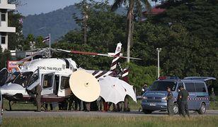 Chłopcy transportowani są śmigłowcami do szpitala w Chiang Rai