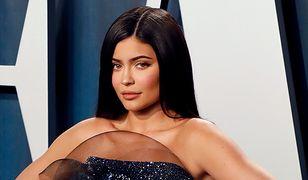 Kylie Jenner odsłoniła nogi i dekolt. Nie przerabia zdjęć? Internauci nie dowierzają
