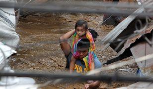 Policjant uratował dziecko z zalanego domu na Filipinach
