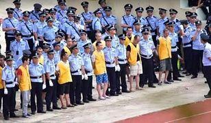Skazańcy czekają na wyrok na stadionie w Chinach