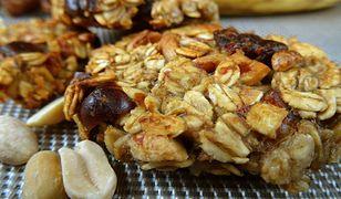 Bananowe ciasteczka owsiane z daktylami i orzeszkami ziemnymi. Chrup na zdrowie