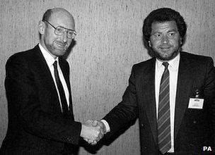 Sir Clive Sinclair i Alan Sugar podczas konferencji dotyczącej sprzedaży działu kompuerowego Sinclair Research Ltd.