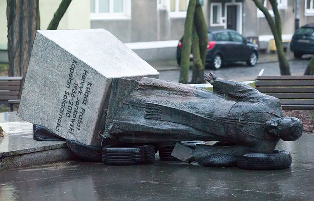 Gdańsk. Obalili pomnik prałata Henryka Jankowskiego. Jest akt oskarżenia.