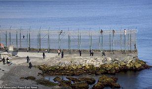 Hiszpania. Część imigrantów próbujących dostać się do Ceuty utknęło na płocie granicznym