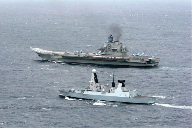 """Lotniskowiec """"Admirał Kuzniecow"""" i brytyjski niszczyciel HMS Dragon"""