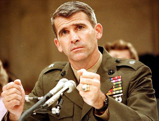Oliver North zeznaje przed komisją śledczą powołaną do zbadania afery Iran-Contras, 10 lipca 1987 r.