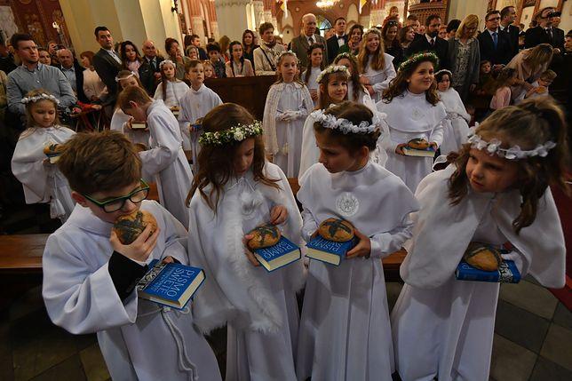 Według Polaków dzieci przystępują do I komunii świętej w odpowiednim wieku