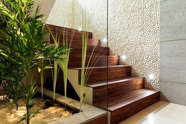 Lampa z czujnikiem ruchu świeci tylko wtedy, gdy jest potrzebna, dlatego warto ją zainstalować np. przy schodach