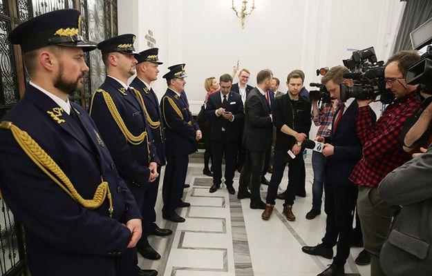"""Trwa mobilizacja przed środowym posiedzeniem Sejmu. """"Decyzja zapadnie do rana"""""""