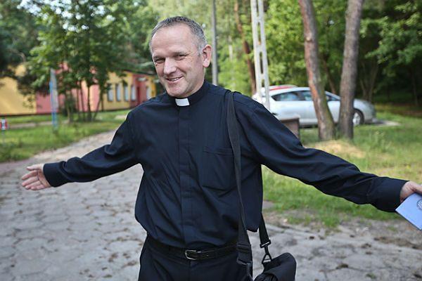 Ks. Wojciech Lemański na terenie oddziału w Józefowie