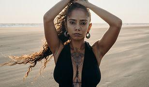 Tatuaż między piersiami. Zmysłowa ozdoba dla odważnych kobiet