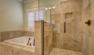 Jeśli w łazience nie ma miejsca na wannę i prysznic, to wybór jednej z tych opcji okaże się szczególnie istotny pod kątem osoby starszej