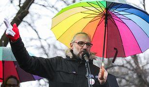 Mateusz Kijowski przemawia podczas protestu 18 marca 2017 r.