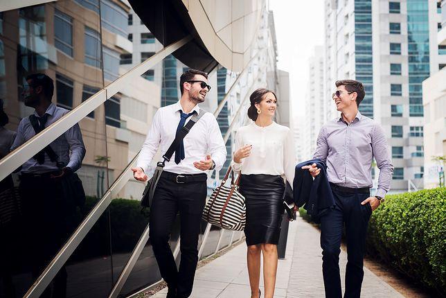Ołówkowa spódnica ze skóry pasuje do białej bluzki nawet na formalne spotkanie