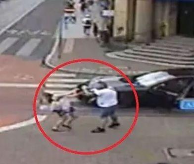 Wysiadł z porsche i uderzył kobietę. Potem próbował ją potrącić