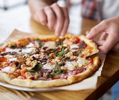 Przygotowanie domowej pizzy to prawdziwa przyjemność