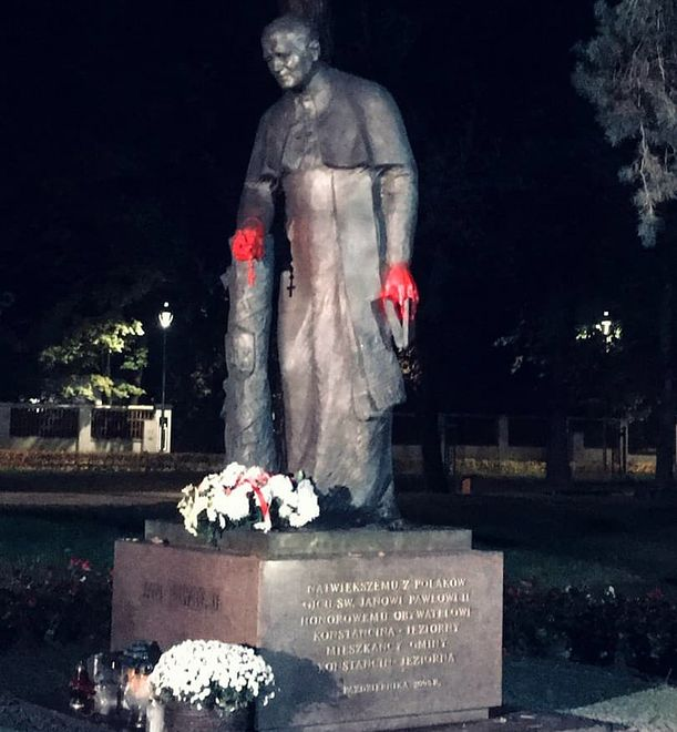 Konstancin-Jeziorna. Zdewastowany pomnik Jana Pawła II