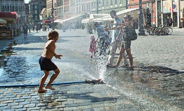 Skrócone lekcje, kurtyny wodne, beczkowozy z kranówką. Miasta walczą z upałami