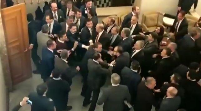 W tureckim parlamencie doszło do bijatyki po głosowaniu nad kontrowersyjną ustawą